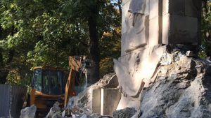 Polish communists protest demolition of WW2 memorial