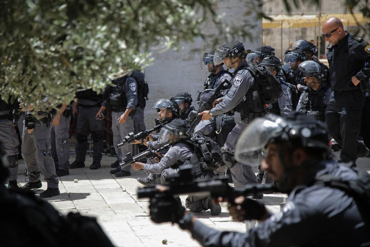 Israeli police against Palestinian community as fanatic Jews, under Israeli police protection, raid Al-Aqsa Mosque Compound in Jerusalem on 2 June, 2019 [Faiz Abu Rmeleh/Anadolu Agency]