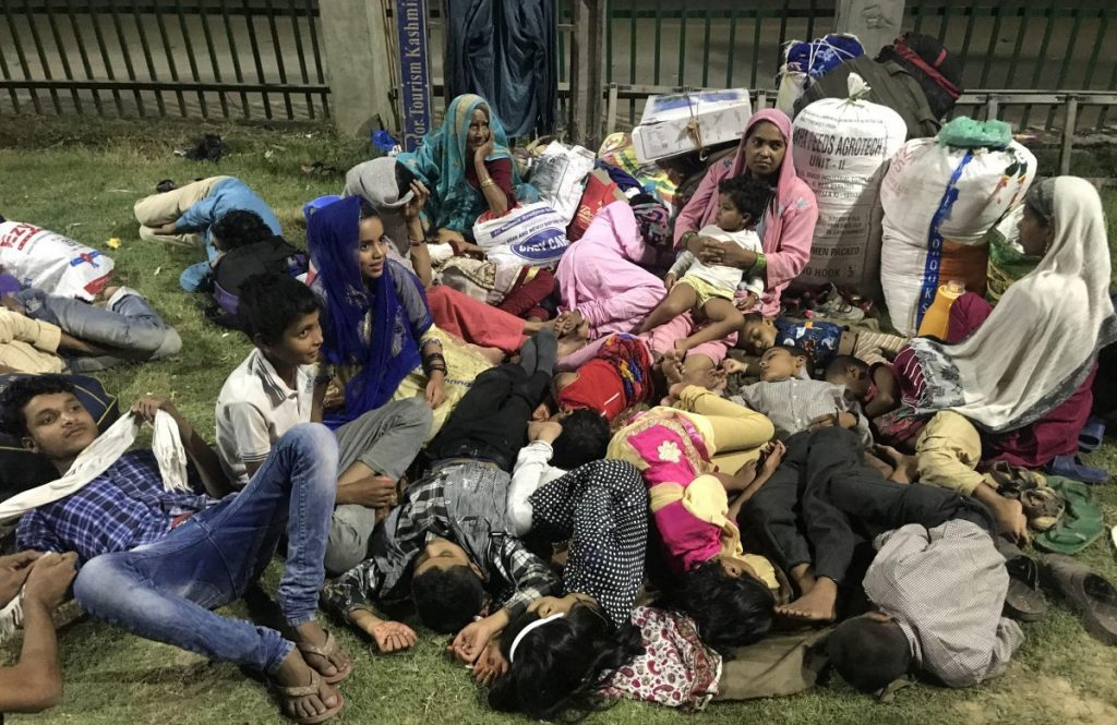 A migrant workers' family sleeping in a park at the TRC, Srinagar. (Photo: Zubair Sofi/ / The Wire)