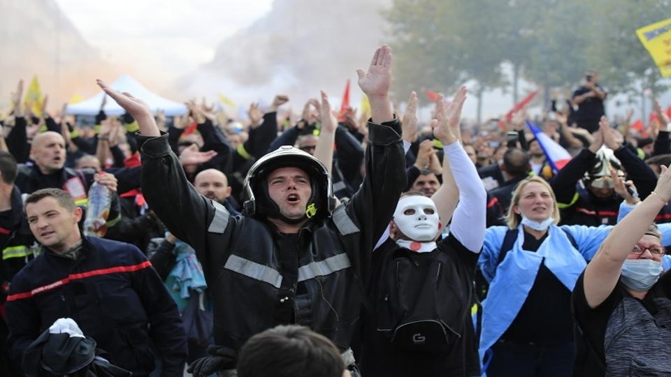 Police attack protest by French firefighters