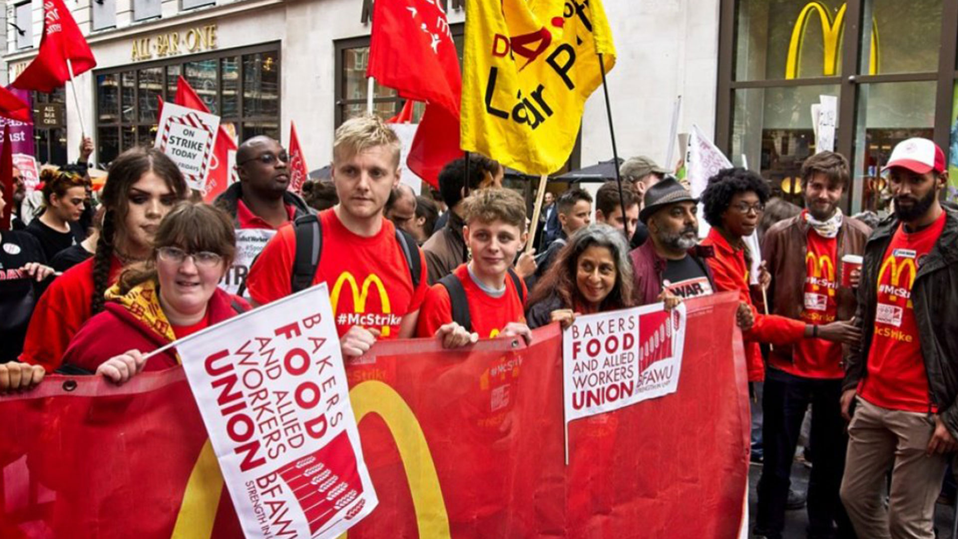 Workers, organized by the BFAWU, have demanded a hike in wages to GBP 15 per hour and union recognition, among other things (Photo: Morning Star)