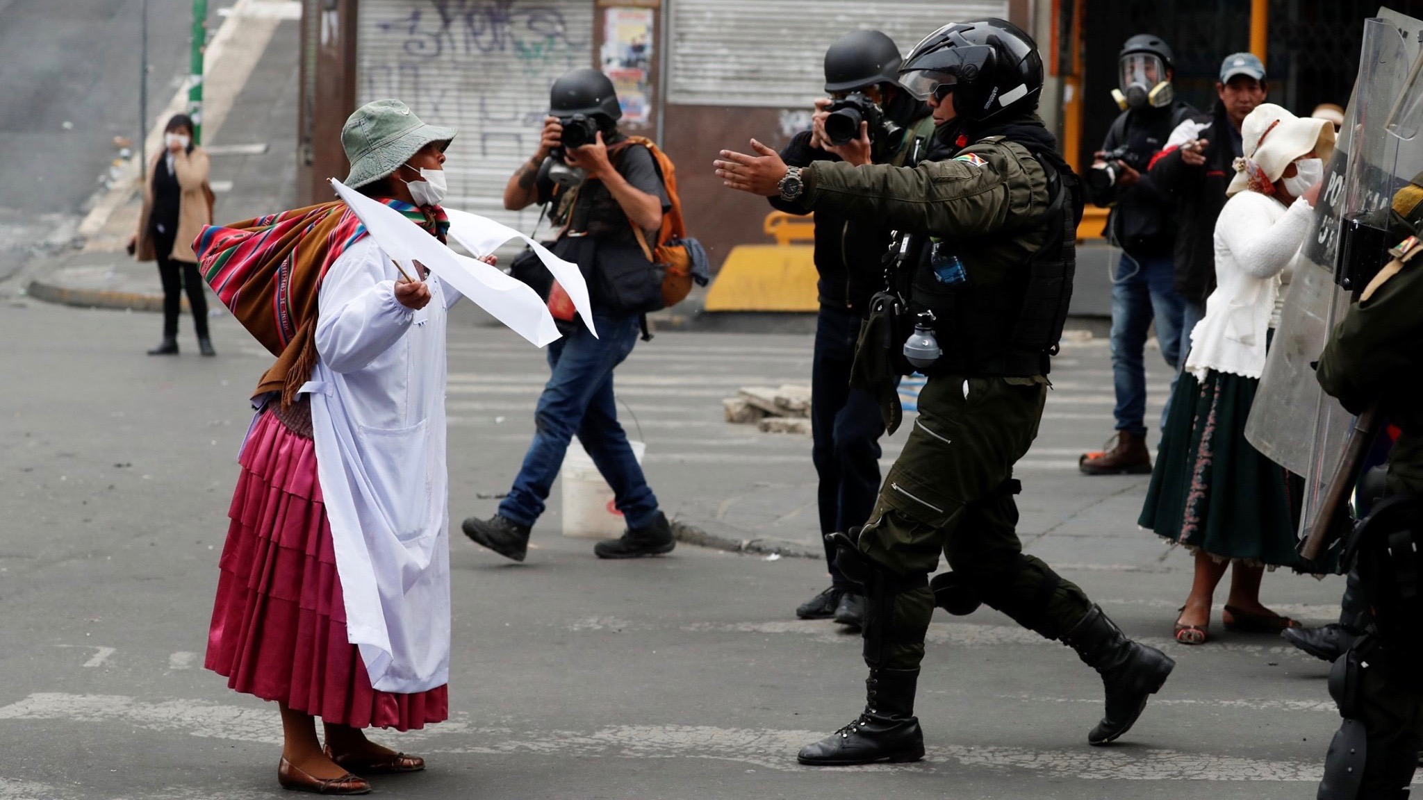 https://peoplesdispatch.org/wp-content/uploads/2019/11/bolivia-contra-el-golpe-mujer-policia-2.jpg